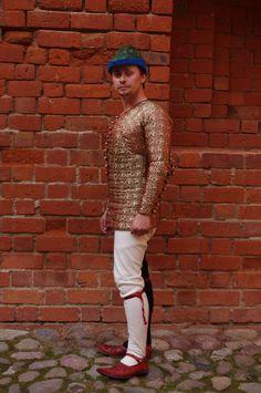 Jedwabny, ręcznie pikowany pourpoint, uszyty w oparciu o zachowany strój Charles'a de Blois - późny XIV w.  Silk, hand quilted pourpoint, based on the preserved dress of Charles de Blois - late 14th c.  https://www.facebook.com/pages/Pracownia-Rekonstrukcji-Historycznych-Amictus/273146669417982?ref=hl