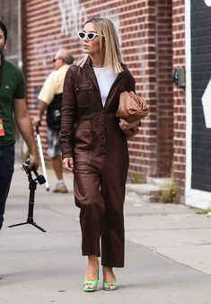 From influencers to editors, models to actresses, here is what everyone is wearing at New York Fashion Week right now. New York Fashion Week Street Style, Casual Street Style, Street Style Women, Street Chic, Street Fashion, Street Wear, Casual Outfits, Fashion Outfits, Skirt Outfits