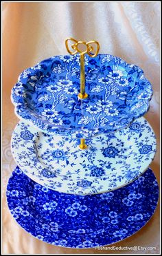 Exquisite handmade three tier cake stand in striking different shades of blue tones of floral pattern vintage English made best quality branded large sized dinner plates, featuring Blue Calico beautiful pattern, Jacobean pattern by Heron Cross Pottery, Broadhurst made in Staffordshire. Absolutely breathtaking piece of art indeed. #Victorian #cakestand #Englishchina #ironstone #blueandwhite #afternoontea