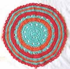Deze week geen juwelentut. Daar kruipt elke keer nogal wat tijd in en ook al zit mijn hoofd nog vol ideeën, ik moet tijd vinden voor de... Yarn Organization, Crochet Home, Crochet Rugs, Crochet Projects, Art Drawings, Diys, Projects To Try, Crochet Patterns, Crafty