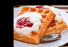 Raspberry Waffles with White Chocolate Sauce Waffle Recipes, Brunch Recipes, White Chocolate Sauce, Desserts Valentinstag, Jamaican Jerk Seasoning, Ham Glaze, Everyday Dishes, Food Articles, Pancakes And Waffles
