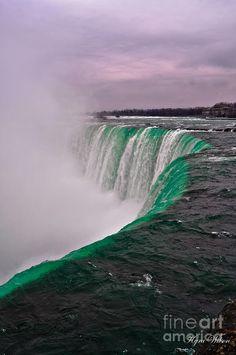✮ A shot above one of the falls at Niagara Falls