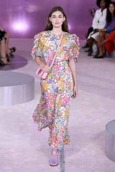 Kate Spade New York Spring 2019 Ready-to-Wear Fashion Show Collection: See the complete Kate Spade New York Spring 2019 Ready-to-Wear collection. Look 27 Floral Fashion, Fashion Dresses, Fashion Design, New Fashion Trends, New York Fashion, Vogue Fashion, Runway Fashion, New Yorker Street Style, Kate Spade