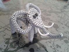 (HALUCK-HORTH) Mes créations (comme c'est original !) - Page 3 Bracelet Knots, Paracord Bracelets, Bracelet Making, Arts And Crafts Projects, Crafts To Make, Plastic Lace Crafts, Lanyard Crafts, Paracord Braids, Handmade Friendship Bracelets