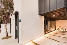 "[BY 월간 전원속의 내집] ""우리나라 협소주택이 맞아?"" 싶을 정도로 이국적인 외관 자랑하는 이집, 궁금... Small Modern Home, Contemporary Architecture, Colorful Interiors, Exterior Design, Tiny House, Building A House, Restaurant, Places, Outdoor Decor"