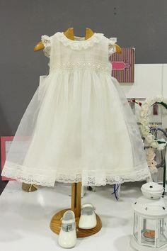 Vestido de bautizo para niña de organza marfil con puntillas