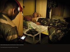 Moment de détente après la garde dans la chambre du camp d'Abéché. © CCH A. DUMOUTIER