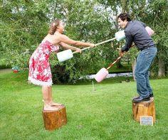 Joute. Deux chevaliers, chacun sur un tronc d'arbre (ou seau), deux cotons tiges géants. Il faut faire tomber son adversaire sans tomber soi-même