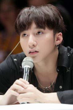 Sơn Tùng M-TP diện cây đen, đẹp trai ngời ngợi trong buổi tổng duyệt cho fan meeting - Ảnh 10.