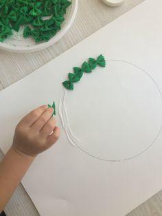 La Ghirlanda natalizia di pasta è un lavoretto molto semplice da fare con bambini, anche molto piccoli! Perfetto per un pomeriggio di pioggia o come lavoretto da fare all'asilo! Il processo è molto semplice ma ottimo anche come allenamento di motricità fine. Vediamo cosa serve!