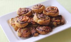 Your kids will love these delicious and very simple sausage rolls. Combine the sausage mince with onion, tomato sauce and parsley, then use ready-roll puff pastry to wrap it all up. Lunch Box Recipes, Easy Dinner Recipes, Breakfast Recipes, Lunch Ideas, Weeknight Recipes, Chicken Dishes For Dinner, Dinner Dishes, Homemade Pickles, Easy Healthy Dinners