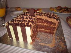 Bolo às camadas de chocolate preto e branco