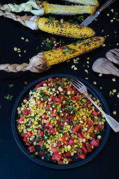 Knusperkabinett: gegrillte Maiskolben mit erfrischender Wassermelonen-Salsa/ grilled corn on the cobs with refreshing watermelon salsa Watermelon Salsa, Grilled Vegetables, Cob, Grilling, Fruit, Dairy, Recipes, Vegan Main Dishes, Vegan Meals