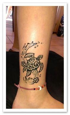 ohana tattoo with flower hawaii Hawaiian Turtle Tattoos, Tribal Turtle Tattoos, Turtle Tattoo Designs, Henna Tattoo Designs, Tattoo Ideas, Turtle Henna, Hawaiian Tribal, Beach Henna Tattoos, Hawaii Tattoos