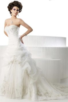 Elegant A-Line Sweetheart Sleeveless Beading Embroidery Organza Wedding Dresses (3AA0051)