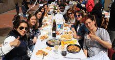 Cientos de personas se unen a la comida popular con paella en las fiestas de Lutxana