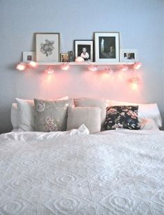 Tête de lit étagère + guirlande ce genre la mais une étagère range cd au dessus du lit et des gros coussin en tête de lit