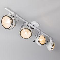 Plafón BIKER 4 blanco - Bonita lámpara compuesta por cuatro focos inspirada en el faro de una vieja motocicleta. Los focos pueden orientarse y girarse y el cristal está bellamente trabajado de forma que a través de él se filtra la luz. Los focos tienen un aspecto industrial muy de moda.