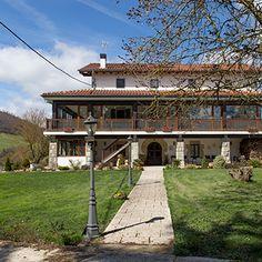 Vista de la casa lateral, entrada desde el parquing