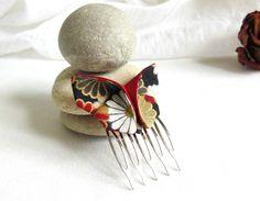 ORIGAMI: papillon en tissu japonais à fleurs, doré, gris, beige, blanc, noir, et soie sauvage rouge sur peigne : Accessoires coiffure par latelier-dans-larbre