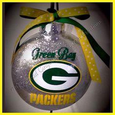 Cute idea for a Green Bay Packers fan Vinyl Ornaments, Disney Ornaments, Glitter Ornaments, Diy Christmas Ornaments, Christmas Balls, Holiday Crafts, Christmas Crafts, Clear Ornaments, Christmas Decorations