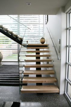 Stairs ideas: open-riser stairs for going upstairs Stairs And Doors, Open Stairs, Glass Stairs, Wood Stairs, Glass Railing, Floating Staircase, Modern Staircase, Staircase Design, Staircase Ideas