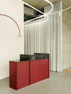 Restaurant Bar, Restaurant Entrance, Restaurant Design, Mdf Cabinets, Deco Luminaire, Glass Office, Grey Countertops, European Cuisine, Exposed Concrete