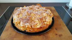 Zutaten 125 g Margarine oder Butter, weiche 125 g Zucker 3 Ei(er) 1/2 Pck. Backpulver 250 g Mehl 1 1/2 kg Äpfel, geschälte, entkernte  Fett für die Form viel Butter zum Bestreichen viel Zucker oder Zucker und Zimt Zubereitung Aus der Margarine oder Butter, dem Zucker, den Eiern, dem Backpulver und dem Mehl einen Rührteig kneten. Die Äpfel in große Stücke schneiden (je nach Größe der Äpfel z. B. Achtelstückchen) und unter den Teig heben. Das Ganze dann in eine gefettete Springform geben…