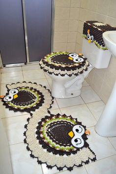 Jogo de banheiro em crochê coruja feliz em espiral. Uma ótima opção para repaginar a decoração do seu banheiro.    São três peças para você decorar e deixar seu ambiente ainda mais alegre e bonito. É indicado para banheiros de todos os tamanhos e as peças possuem, em média, 50cm x 125 cm.    Este...