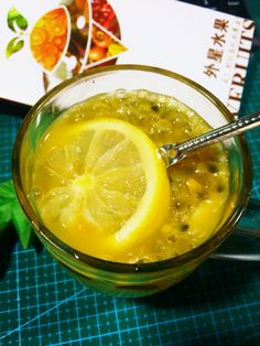 Lemon and passion fruit mix together ...it is very tasty and nutritious。。。