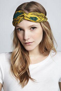 Como usar lenço: amarrado próximo à testa