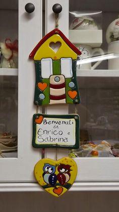 ceramica come mestiere: Targa fuoriporta a forma di casa e cuore con gufi....
