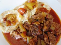 Cibuli očistíme a nakrájíme na půlměsíčky (ne na nadrobno). Maso odblaníme, nakrájíme na kostky. Buď přímo v nádobě pomalého hrnce, pokud je... Tacos, Mexican, Beef, Ethnic Recipes, Food, Meal, Essen, Hoods, Ox