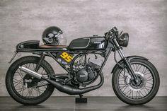 Dapper 2-stroke: Yamaha RD135 Café Racer http://bikebrewers.com/dapper-2-stroke-yamaha-rd135-cafe-racer/