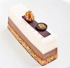 Dalloyau: La tendre association d'un biscuit dacquois craquant miel noisette, d'un crémeux lacté caramel et d'une meringue moelleuse.l