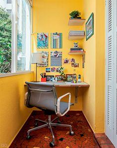 Otima utilização do espaço que antes não tinha utilidade pra nenhum morador nenhum, virou um lindo home office