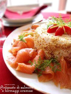 Antipasto con salmone e formaggi cremosi