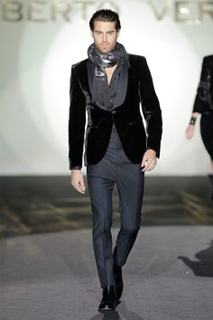 Roberto Verino presented a luxurious Fall/Winter 2013 collection during Madrid Fashion Week, featuring well tailored suits and materials like fur and velvet. Vintage Wedding Suits, Grey Suit Wedding, Fashion Moda, Look Fashion, Mens Fashion, Fashion Beauty, Sharp Dressed Man, Well Dressed Men, Gq