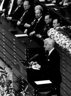 """Zum Tod des Ex-Bundespräsidenten: Geißler: Weizsäckers Rede hat die Welt verändert http://www.focus.de/politik/deutschland/zum-tod-von-richard-von-weizsaecker-geissler-weizsaeckers-rede-hat-die-welt-veraendert_id_4444030.html Trauer auf Twitter: """"Der beste Bundespräsident, den wir hatten"""" http://www.focus.de/panorama/videos/ein-politischer-spaetzuender-ist-tot-der-beste-bundespraesident-den-wir-hatten-so-trauert-twitter-um-richard-von-weizsaecker_id_4443680.html"""
