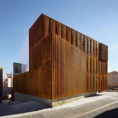 Completed in 2016 in Balaguer, Spain. Images by Pedro Pegenaute. Balaguer Courthouse is located at the old Quarter of the city. Balaguer is characterised by the brown-red chromatic of the geology –stone and earth-. Detail Architecture, Minimalist Architecture, Sustainable Architecture, Amazing Architecture, Contemporary Architecture, Interior Architecture, Metal Facade, Corten Steel, Building Facade