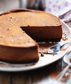 This is the silkiest, smoothest, most delicious chocolate cheesecake ever! Looks impressive but so easy to make. Try it, we promise you won't regret it! Baked White Chocolate Cheesecake, Biscoff Cheesecake, Delicious Chocolate, Decadent Chocolate, Keylime Pie Recipe, Lime Recipes, Banoffee Pie, Christmas Lunch, Christmas Ideas