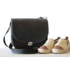 59e5be8585531 Satteltasche aus Filz – formschön und schlicht. Die großartige schwarze  Schultertasche aus Wollfilz ist ungefüttert und wird mit einem Steckschloss  geschlo