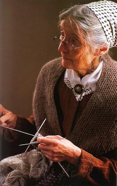 Tasha Tudor knitting - Someone ought to make a movie about Tasha Tudor. If this happens soon Emma Thompson and her mother, Phyllida Law should be cast as younger then older Tasha. Vie Simple, Art Du Fil, Knit Art, We Are The World, Red Riding Hood, Old Women, Old Ladies, Belle Photo, Vermont