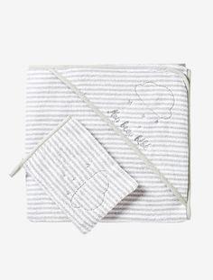 Ein passendes Geschenk für das wunderbarste aller Babys: Das Kapuzen-Badetuch lässt sich mit dem Vornamen des neuen Erdenbürgers besticken. Mit dabei ist der passende Waschhandschuh - praktisch fürs Badevergnügen! Beide Teile sind aus weichem, gestreiftem Frottee und mit einer silbernen Wolke bestickt. Produktdetails: Baby Badetuch mit Waschhandschuh, bestickbar: Frottee, reine Baumwolle. Oeko-Tex Standard 100, Zertifikat CQ 1109/1, IFTH. Gestreift. In 2 Größen: 80 x 80 cm und 100 x 100 ...