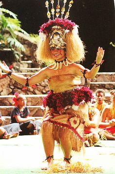 Samoan Taupou doing the Taualuga Siva Samoan Dance, Samoan Dress, Polynesian Dance, Polynesian Culture, Samoan Women, Samoan Designs, Hawaii Hula, Tribal Hair, Hula Dancers