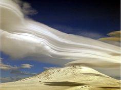 """Qui n'a pas déjà marché les yeux vers le ciel ? Passé des heures en voiture à regarder les nuages ? A deviner leur forme depuis le hublot d'un avion ? Grands, petits, noirs, blancs, rouges, les nuages fascinent. Le """"Nouvel Observateur"""" a collecté une vingtaine d'images pour un petit moment de détente, la tête dans les nuages."""