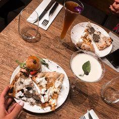 A taaaable !  Ce soir avec @simply.morane on fête lanniversaire de la @cocinabrussels    #igfood#italianfood#foodblogger#foodaddict#foodgasm#discover#pizza#eatpizza#pizzas#yum#foodaholic#belgian#brussels#bestplacestogo#summer#hollidays