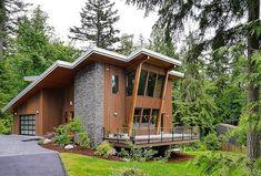 Perfil de casa en la montaña, exterior de madera y piedra La casa moderna asentada en la montaña tiene tres dormitorios, sala, un baño, oficina, cocina; gracias a que esta rodeada por vegetación se…