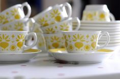 I have yellow spring coming :) (Kaikulanrinne, Arabian keltainen… Yellow Cottage, Kitchenware, Tableware, Vintage Dishes, China Patterns, Marimekko, Carnival Glass, Sweet Memories, Mellow Yellow
