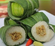 Lemper Ayam - Indonesian Rice Roll filled with Chicken wrapped in a banana leaf Unique Recipes, Asian Recipes, Great Recipes, Easy Cooking, Cooking Recipes, Asian Cake, Malay Food, Indonesian Cuisine, Traditional Cakes